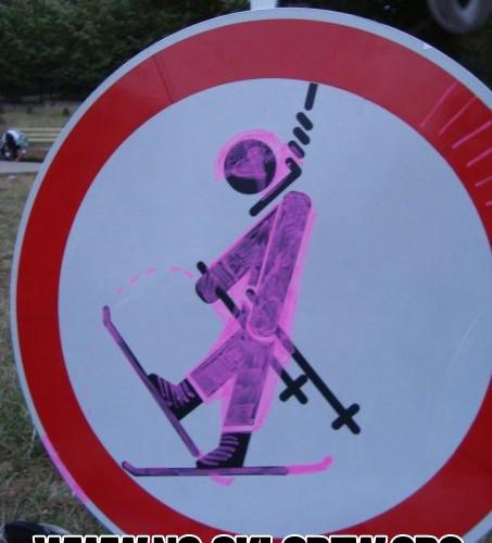 Защото вече е модерно скиорите да се бесят сами.