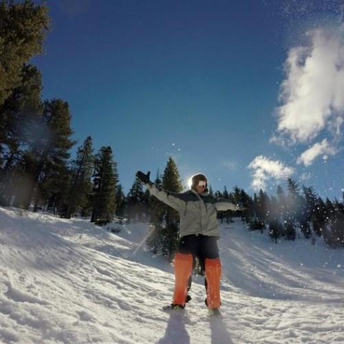 На коленеееее ( поразително много прилича на ски )